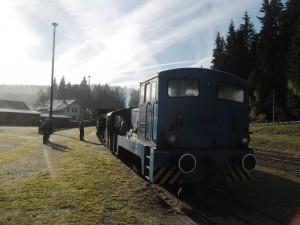 abfahrbereiter Arbeistzug im Bhf Schönheide Süd - gleich gehts los...